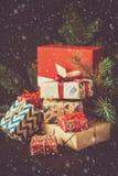 De dozen van de Kerstmisgift op donker houten bureau Royalty-vrije Stock Foto's