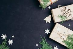 De dozen van de Kerstmisgift op donkere vlakke achtergrond, leggen royalty-vrije stock afbeeldingen