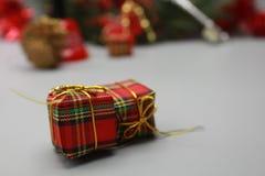 De dozen van de Kerstmisgift sluiten omhoog en bokeh achtergrond royalty-vrije stock afbeelding