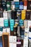 De dozen voor Wiskyflessen bij een venstervertoning van een Wisky slaan in Edinburgh op Stock Foto