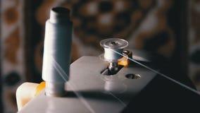 De draad is gekronkeld op een robbin op uitstekende naaimachine stock video
