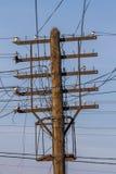 De draad knoeit op de oude houten roestige pyloon Stock Foto's