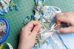 De draad naaiende schaar van vrouwenbesnoeiingen Stock Foto's