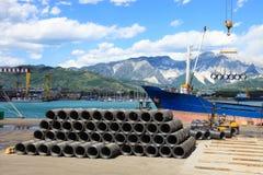 De draad van het ijzer in haven met vorkheftruck en schip royalty-vrije stock foto's