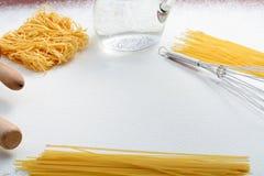 De draad zwaait, macaroni en deegrol op bloem royalty-vrije stock fotografie