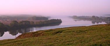 De draai, het hout en de mist van de rivier Stock Afbeeldingen