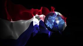 De draaien van de voetbalbal in de wereld met de vlag van Nederland stock footage