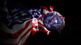 De draaien van de voetbalbal in de wereld met een vlag van de V.S. stock video