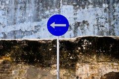 De draaien van verkeersteken aan de linkerzijde Royalty-vrije Stock Fotografie