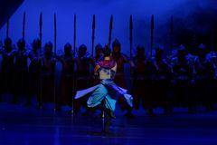 De draaiende dans van de Samoeraien 1-vier handeling ` belemmerde inklaring ` - Epische de Zijdeprinses ` van het dansdrama ` stock afbeeldingen