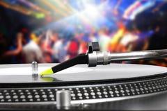 De draaischijf van DJ met vinylverslag in de dansclub Stock Afbeeldingen