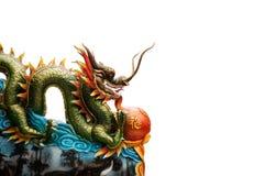 De draakstandbeeld van China op de rode achtergrond Stock Afbeelding