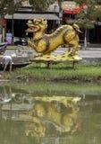 De draakstructuur met het is bezinning in Thu Bon River, Hoi An, Vietnam royalty-vrije stock fotografie