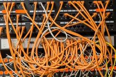 De draden en de kabels Computertechnologie, netwerkapparaat, Internet stock fotografie