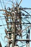 De draden van de elektriciteit op een pool royalty-vrije stock afbeelding