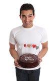 De dragende hocolate cake van de mens die met harten wordt verfraaid stock foto's