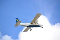 De Dragende Mensen van het Vliegtuig van de forens tijdens Start Royalty-vrije Stock Afbeeldingen