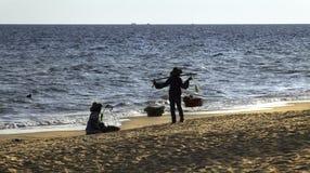 De dragende punten van de strandverkoper voor verkoop stock afbeelding