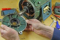 De dragende reparatie in drie stadia van de inductiemotor royalty-vrije stock foto's