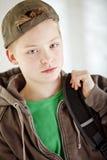 De dragende rugzak van de jongen op zijn manier aan school Royalty-vrije Stock Fotografie
