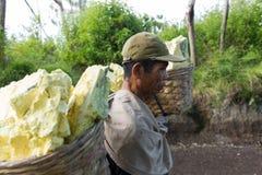 De dragende zwavel van de arbeider binnen krater Ijen stock afbeelding