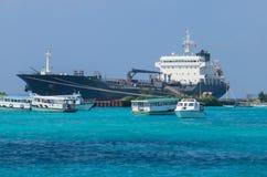 De drager van de schiptanker, voor chemisch product en olieproductenvervoer Omringd door boten Stock Fotografie