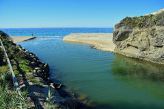 De drainage van de Alisokreek in de oceaan bij Aliso-Strand, Laguna Beach, Californië Royalty-vrije Stock Afbeeldingen