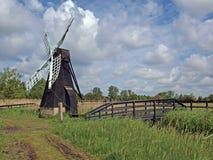 de drainagepomp van het de 17de eeuw houten wind gedreven moeras. Stock Afbeelding
