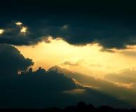 De dramatische achtergrond van de kunst met donkere wolkenhemel B Royalty-vrije Stock Foto