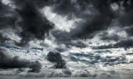 De dramatische achtergrond van onweersbuiwolken bij donkere hemel Stock Afbeeldingen