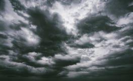 De dramatische achtergrond van onweersbuiwolken bij humeurige hemel Royalty-vrije Stock Fotografie