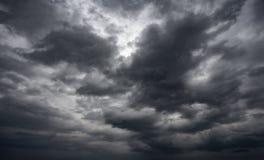 De dramatische achtergrond van onweersbuiwolken bij humeurige hemel Royalty-vrije Stock Afbeelding