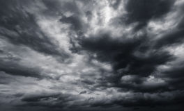 De dramatische achtergrond van onweersbuiwolken bij humeurige hemel Stock Afbeelding