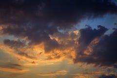 De dramatische achtergrond van de zonsonderganghemel Stock Afbeeldingen