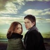 De dramatische hemel van het paar in openlucht agains Royalty-vrije Stock Foto's