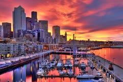 De dramatische horizon van Seattle bij dageraad Stock Afbeelding