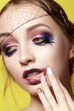 De dramatische Manier kijkt jonge Vrouw Mooi Model met heldere Samenstelling Make-upstijl voor Halloween royalty-vrije stock fotografie
