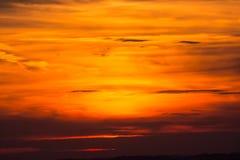 De dramatische rode achtergrond van de hemelzonsondergang Royalty-vrije Stock Foto's