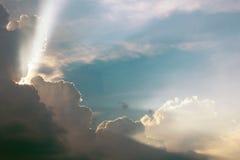 De dramatische tijd van de wolkenzonsondergang met zonnestralen stock foto's
