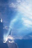 De dramatische tijd van de wolkenzonsondergang met zonnestralen Royalty-vrije Stock Foto's