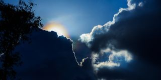 De dramatische tijd van de wolkenzonsondergang met de stralen van de zonnestralenzon in de hemel royalty-vrije stock fotografie
