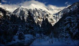 De dramatische Winter betrekt, Kristallijne Alpiene Sneeuw, en ijzige stroom in Rocky Mountains, Colorado royalty-vrije stock foto's