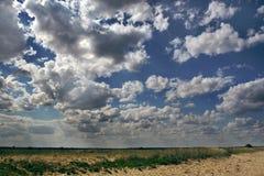 De dramatische wolken van de zomer Stock Foto's