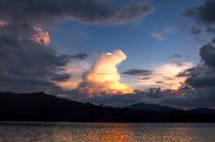 De dramatische zonsondergang van de wolkenvorm Stock Afbeeldingen