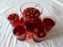 de drank met natuurlijke bessen van aardbei, heldere rode smakelijke kleur, het is nuttig, vitaminen het in een glassandglazen wo royalty-vrije stock foto