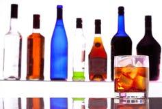 De drank van de alcohol met flessen op de achtergrond Stock Foto's