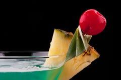 De drank van de cocktail op geïsoleerd fruit Stock Foto's
