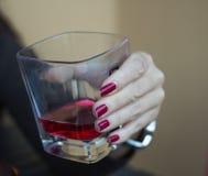 De drank van de handholding Royalty-vrije Stock Afbeeldingen