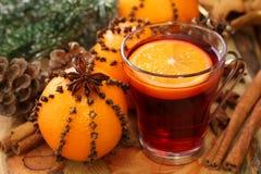 De drank van de winter met sinaasappelen Stock Afbeeldingen