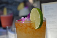 De drank van de zonsondergangcocktail in Honolulu Stock Afbeelding